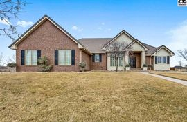 Photo of 120 Dakota Dr Hutchinson, KS 67502
